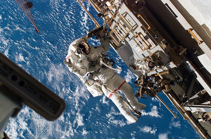 800px-STS-118_EVA3_Rick_Mastracchio_on_a_CETA_cart