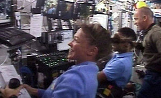 Lisa Nowak and Stephanie Wilson work with Canadarm2. Image credit Space.com