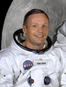 Neil_Armstrong_in_suit.jp